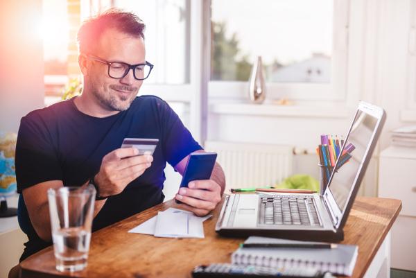 Bankkunde vor Laptop