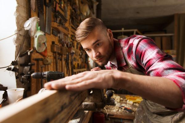 Heimwerker bearbeitet Holz