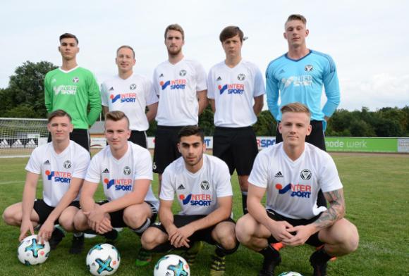 Team-Foto Fussballmannschaft mit Intersport als Sponsor