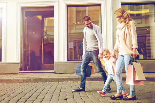 Familie auf Einkaufbummel