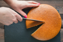 Kuchen wird aufgeteilt, geschnitten