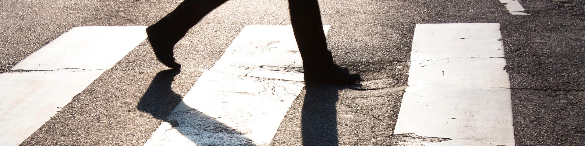 Profil einer Person wirft Schatten