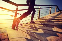 Läuferin erklimmt Treppe