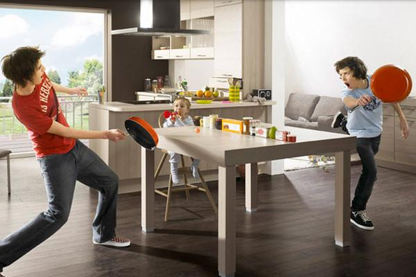 Jungs in Küche beim Pfannentennis
